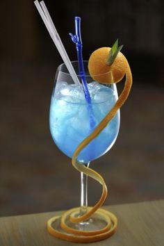 BLUE CURACAO MOJITO (Pour 1 P : dans un verre disposer 4 cl de rhum, le jus d'1/2 citron vert, 6 feuilles de menthe écrasées, 1,5 cl de liqueur de curaçao et 2 cl de sirop de mojito. Ajouter des glaçons et déguster sans attendre)