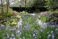Jardins com formas naturais e sem a rigidez nas linhas, geralmente é mais fácil de manter. O jardim da foto foi apresentando no RHS Chelsea Flower Show de 2014, e aplica conceitos de sustentabilidade, com aproveitamento inteligente da água. Foto de Karen Roe