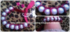 Pulsera de lazo rayado granate con perlas de imitación. Precio: 2,35 €/unidad