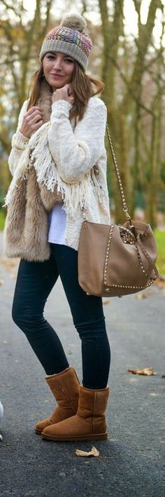 PEPA IS BACK - Knitted Cardigan Fringed with Skinny Jeans and Leather Trapeze Bag and Brown Warm Boots / Lovely Pepa