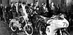 A Cafe Racer az egyik legmeghatározóbb mozgalom, amit a motoros társadalom valaha látott. Hogy miért is? Aztán egyszer csak egy pap, William Shergold atya ( aki maga is motoros volt) 1962-ben szervezni kezdte, hogy a rivális motorosbandák az ő miséin legyenek együtt úgy, hogy hátrahagyják nézeteltéréseiket és ezzel elindított egy olyan mozgalmat, amely nagyban javított a motorosok megítélésén. A...