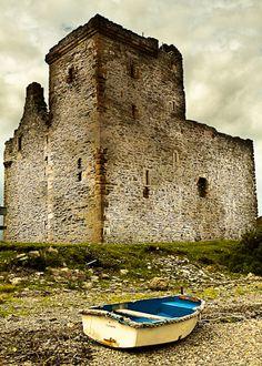 Lochranza Castle - North Ayrshire, Scotland Lets Go Castles Amazing discounts… Scotland Castles, Scottish Castles, Scotland Uk, Isle Of Arran, Monuments, England, Places Of Interest, British Isles, Beautiful Places