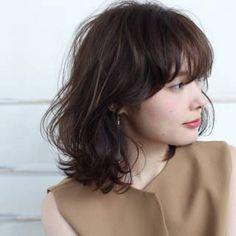 【HAIR】石川 琴允さんのヘアスタイルスナップ(ID:92931)。HAIR(ヘアー)では、スタイリスト・モデルが発信する20万枚以上のヘアスナップから、髪型・ヘアスタイル・ヘアアレンジをチェックできます。 Medium Hair Styles, Curly Hair Styles, Lily Collins Hair, Middle Hair, Hair Arrange, How To Make Hair, Hairstyles Haircuts, Hair Designs, Dyed Hair