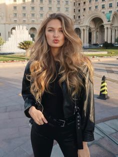 Color Rubio, Black Leather Biker Jacket, Vs Models, Young Models, Autumn Street Style, Biker Girl, Easy Hairstyles, School Hairstyles, Formal Hairstyles