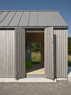 Zinc roof and timber facade.A small museum pavilion designed to resemble a rural shed by Von M. Roof Design, Facade Design, House Design, Roof Cladding, Timber Cladding, Timber Buildings, Small Buildings, Modern Shed, Modern Barn