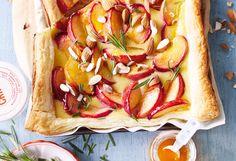 Pfirsich-Marzipan-Tarte mit Mandeln und Rosmarin