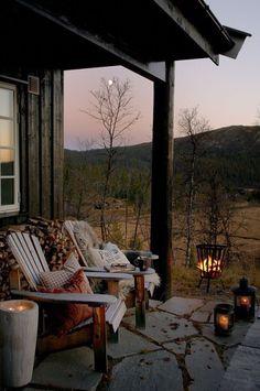 Placeres de Otoño: leer un buen libro en el porche al calor del fuego y de un te.