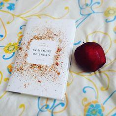 #LecturaActual Este libro ha revolucionado mi manera de pensar en cuanto a mi alimentacion. #inmemoryofbread de #paulgraham  Gracias a #bloggingforbooks por mi ejemplar.  #currentlyreading #leyendo #reading #libro #book #apple #readingandlivingblog
