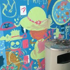 Miks #kukkahattutäti on roskiksen takana? #lumiukko ⛄ nauraa ja #tikkukaramellipuu kanssa #katutaidetta #Helsinki #Pasilassa #pasila #triplapasila #katutaide #kraffiti #graffiti #streetart #streetphotography #urbanart #communityart #colours #pastel 5/11/16 #temporary #art on #wall at #station 🚉 #joy #hope #ourhoodz
