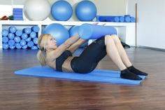 Desliza el roller sobre tus piernas elevando la zona de las escápulas Pilates, Gym Equipment, Exercise, Sports, Sports Magazine, Exercise Ball, Functional Training, Health Fitness, Legs