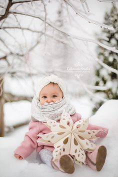 Beautiful baby in snow with flake. Pink coat, cute outfit | www.colimaciestud... | Colimacie Studio Photographe Sherbrooke