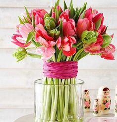 Tulpen in unterschiedlichen Farben mit einem Band mehrmals umwickeln und zusammenbinden. Sieht einfach toll aus!