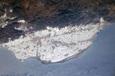 Las 20.000 hectáreas del mar de invernaderos que tupen el Campo de Dalías de Almería tal y como las vio el ISS el 7 de febrero de 2004, un negocio que genera casi 1.300 millones de euros al año. España vista desde el cosmos | Ciencia | EL PAÍS