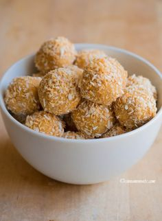 Raw almond butter coconut balls Check out later to make lowcarb. Primal Recipes, Raw Food Recipes, Sweet Recipes, Snack Recipes, Cooking Recipes, Dessert Recipes, Raw Desserts, Paleo Dessert, Healthy Sweets
