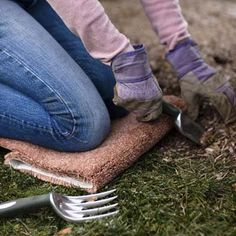 Use Carpet Scraps to Cushion Knees When Gardening Roll up a scrap of carpet and kneel on it when spreading mulch, planting flowers, or weeding. Fur Carpet, Grey Carpet, Modern Carpet, Hallway Carpet Runners, Cheap Carpet Runners, Stair Runners, Creative Arts And Crafts, Crafts To Make, Martha Stewart