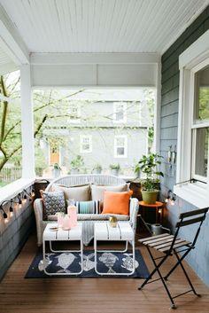 Bright and fun front porch decor || www.polishedclosets.com