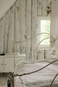 gem tliches ambiente im rustikalen stil in wei shabby pinterest holzwand tapeten und. Black Bedroom Furniture Sets. Home Design Ideas