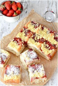 Saftiger Hefeteig gefüllt mit Pudding und Erdbeermarmelade und getoppt mit leckeren Butterstreuseln