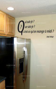 """Sticker citation """"Qui suis je..."""" de José Artur. Sticker adhésif découpés à la forme dans vinyle de couleur unie, ce visuel apportera une subtile touche d'originalité dans votre intérieur."""