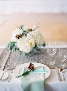 Winter wedding table: http://www.stylemepretty.com/colorado-weddings/avon-co/2014/10/01/beaver-creek-ski-resort-wedding/   Photography: Mi Amore Foto - http://miamorefoto.com/