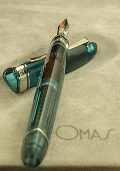 It looks like a old ink pen Omas Fountain Pen, Graf Von Faber Castell, Luxury Pens, Fine Pens, Pen Collection, Best Pens, Dip Pen, Writing Pens, Pencil And Paper