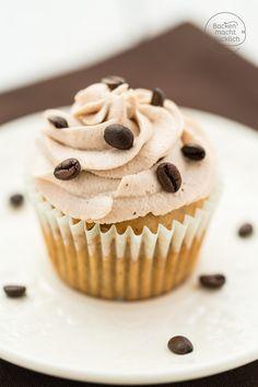 Dessertklassiker als Minikuchen: Diese festlichen Tiramisu Cupcakes mit Mascarpone Frosting sind einfach köstlich. Sündhaft gute Amarettocupcakes!