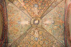 Basilica di San Vitale - iniziata nel 525, consacrata nel 547 - Ravenna, Emilia-Romagna. La basilica è un perfetto esempio di arte paleocristiana e bizantina, fu iniziata da Ecclesio, sotto Teodorico e finita da Massimiano, sotto Giustiniano. La basilica si differenzia dalla maggior parte delle basiliche di Ravenna grazie alla pianta a base centrale e alla cupola coperta dal tiburio. Il Mosaico forma la volta a crociera del presbiterio. Sono rappresentati quattro angeli che sostengono uno…
