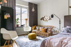Detaliile feminine și paleta destul de închisă de culori, pentru un spațiu de numai20 m², din această amenajare a unei garsoniere di...