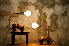 lámparas con hormas antiguas de zapatos.   www.casasdepelicula.blogspot.com