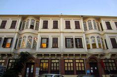 Η υποδειγματική βιβλιοθήκη της Άνω πόλης στεγάζεται σε ένα διατηρητέο-διπλοκατοικία γνωστό και ως Βίλλα Βαρβάρα.