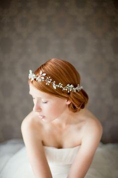 Romantische haarband met diamanten in trouwkapsel