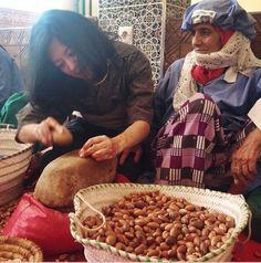 Rozłupywanie orzechów tradycyjną metodą to trudna sztuka.
