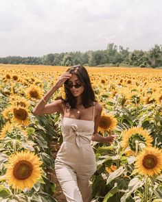 En route to the cottage for the weekend! Made a pit stop for a cute photo only t… En route to the cottage for the weekend! Made a pit stop for a cute photo only to almost get my butt stung by 1000 🐝 in… Picture Poses, Photo Poses, Sunflower Field Pictures, Pictures With Sunflowers, Sunflower Pics, Sunflower Field Photography, Shotting Photo, Insta Photo Ideas, Sunflower Fields