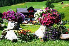 gartendekoration selber machen Baumstumpfe mit Blumen