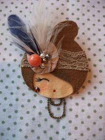Fabric Brooch, Felt Brooch, Felt Crafts Diy, Doll Crafts, Felt Bows, Felt Embroidery, Barrettes, Brooches Handmade, Fabric Jewelry