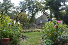 Transport yourself into a garden of relaxation and reflection. Inspired from Chinese architecture, the vast circular opening of the Moon Gate arch creates an inviting garden passageway. Our arches are
