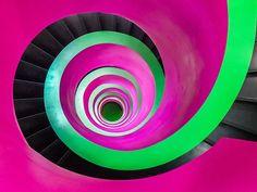 Escalera de caracol colorida.  Fotógrafo Phillip Götze