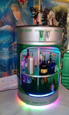 Minibar en tambor de 55 galones reciclado Oil Barrel, Metal Barrel, Barrel Bar, Recycled Furniture, Diy Furniture, Table Baril, Jerry Can Mini Bar, Barrel Projects, 55 Gallon Drum
