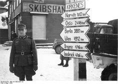 Bundesarchiv Bild 101I-092-0257-18, Norwegen, Kirkenes, Soldat neben Wegweiser.jpg