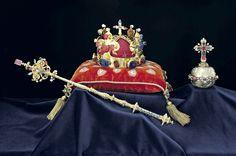Svatováclavská koruna : zlato - 22 karátů, 18 safírů, 1 akvamarín, 31 spinelů, 15 rubínů, 1 rubelit, 25 smaragdů, 20 perel. Do křížku na vrcholu koruny je údajně vložen trn z trnové koruny Ježíše Krista.