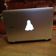 My macbook like linux netbook mod :) (Plexi+saw+glue+keyboard foil. Netbook is: acer e3-111)