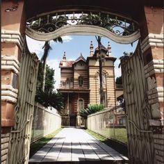 """Castelinho na Rua São Luís, em """"Adrianópolis"""". Este tipo de construção era comum em Manaus, na época em que a cidade era uma das mais ricas do Brasil (período áureo da produção de borracha no Amazonas)"""