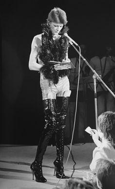 Bowie, Marquee Club, London, Floor Show', Circa 73 ©️Terry O'Neill Terry O Neill, Ziggy Stardust, Lady Stardust, Glam Rock, David Bowie Fashion, Floor Show, Ziggy Played Guitar, David Bowie Ziggy, Moda Vintage
