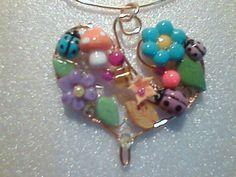 CORAZON decorado con piezas realizadas en porcelana fria .. cristales y perlitas de jade..
