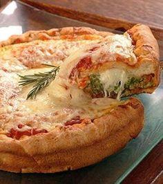 ¿Te gusta la pizza? Aqui te enterarás de una exquisita receta para compartir y degustar. Descubre como hacer una deliciosa pizza stuffed crust casera.