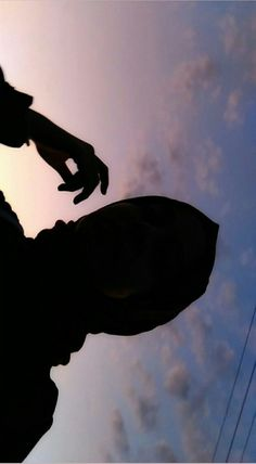 Instruções Origami, Teen Photography Poses, Girl Hand Pic, Girl Hiding Face, Shadow Pictures, Beautiful Nature Scenes, Applis Photo, Cool Girl Pictures, Sky Aesthetic