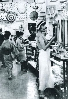 昭和8年、百貨店で買い物を楽しむ女性たち。戦前~戦後のレトロ写真(@oldpicture1900)さん | Twitter