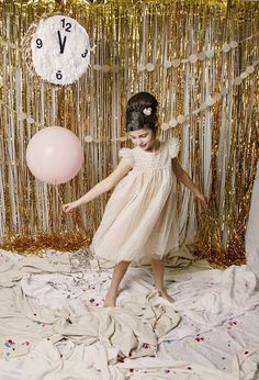 oh my gosh- this is a great photo backdrop for a New Years wedding WOAH. New Years wedding? New Years Wedding, New Years Eve Party, Wedding Dj, Wedding Gold, Wedding Reception, New Year Photos, Holiday Photos, Family Photos, Deco Nouvel An