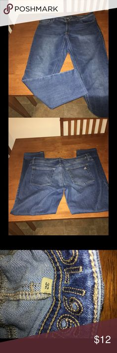 DL1961 Skinny Ankle Jeans Size 32 Skinny jeans by DL1961.  Ankle length jeans.  Medium blue color.  Size 32.  Inseam is just over 27 inches.    Important:   All items are freshly laundered as applicable prior to shipping (new items and shoes excluded).  Not all my items are from pet/smoke free homes.  Price is reduced to reflect this!   Thank you for looking! DL1961 Jeans Skinny