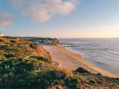 Portugal ist so ein wunderschönes Land mit tollen Stränden. Damit ihr dabei den Überblick behaltet, zeigen wir euch auf www.lilies-diary.com die schönsten #Strände in #Portugal! Sintra Portugal, Camping Holiday, Algarve, Roadtrip, Strand, Sea, Landscape, Places, Water